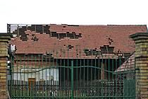 Střecha domu v Pohoří, s kterou si pohrála vichřice Emma.