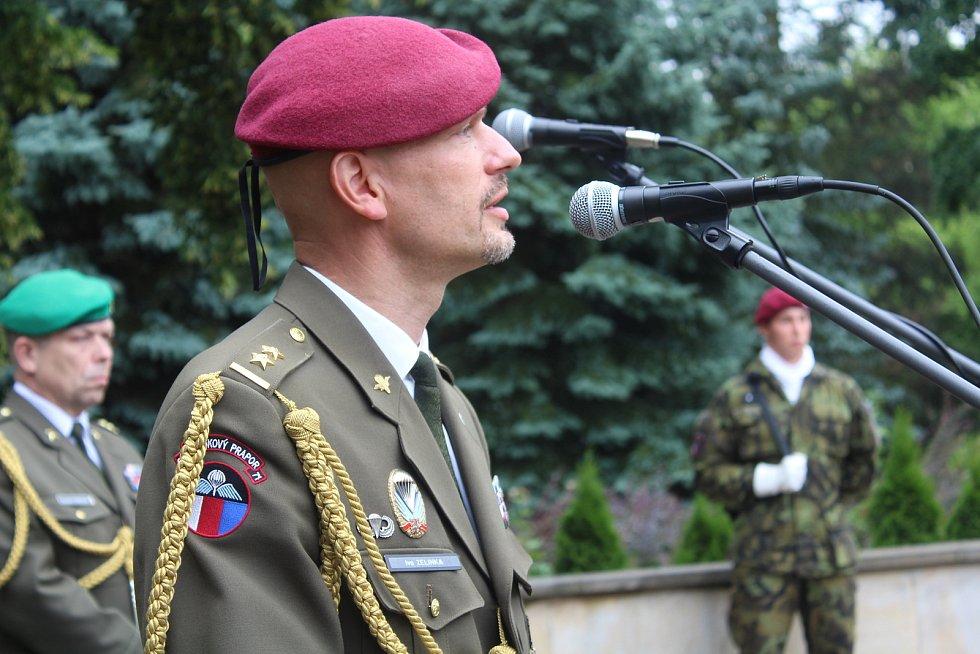 U pomníku Obětem válek v Týništi nad Orlicí. Ivo Zelinka