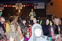 SPOLEČENSKOU AKCI započal tradiční průvod družiny svatého Václava. Hlavní aktéři byli oblečeni v dobových kostýmech. I přes deštivé počasí se náměstí zaplnilo návštěvníky. Na námětí vystoupilo také mnoho hudebních skupin.