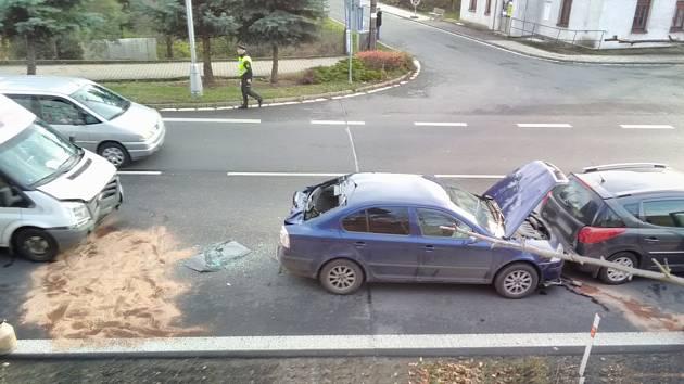 Průjezd městysem zkomplikovala srážka aut.