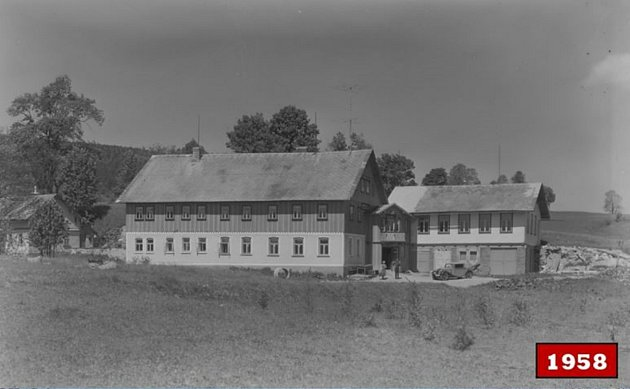 BÝVALÝ HOSTINEC Johanna Wenzela stanečním sálem, dnes chata Perla čp. 63sdvoulůžkovými až sedmilůžkovými pokoji. Snímek byl zachycen roku 1958.