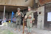 Na slavnostním zahájení výstav byla návštěvníkům předvedena i dobová výstroj legionářů.