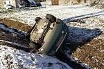 Řidič osobního vozu nezvládl smyk a převrátil se v Říčkách v O.h. na střechu.
