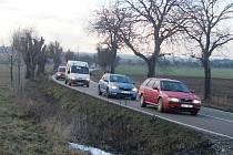 V nebezpečném úseku V lipkách mezi Dobruškou a Opočnem je souvislá plná čára. Díky dodatkové tabulce se můžou předjíždět traktory.
