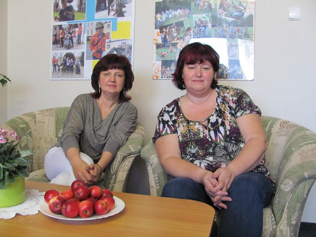ŘEDITELKA ORIONU Ilona Mikušová (vpravo) a její kolegyně Miroslava Červinková pro sdružení dělají první poslední. Obnáší to hodně stresu. Ale jak samy říkají: energii jim vrací úsměv spokojených klientů.