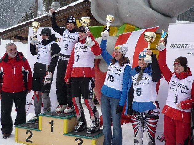 PARÁDNÍ OBRÁZEK. České reprezentantky si během závodů Světového poháru v jízdě na skibobech v rakouském Bad Leonfeldenu doslova předplatily místa na stupních vítězů.
