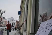 Nebezpečný úsek, kde hrozí pád sněhu a ledu ze střechy, je třeba viditelně označit.