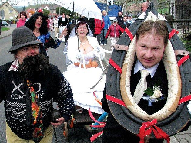 Když si Emanuel Hanyk z Rybné nad Zdobnicí v sobotu bral na rychnovském zámku Jaroslavu Coufalovou z Merklovic, věděly o tom čtyři doborovolné hasičské sbory, které na ně v Potštejně, v místě svatební hostiny, připravily zátah.