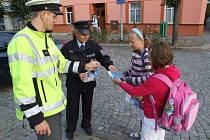 Policisté učili děti bezpečně přecházet silnice