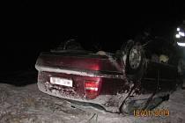 Auto se u Broumaru převrátilo na střechu.
