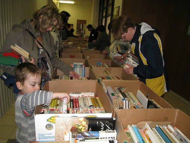 Rychnovská Městská knihovna připravila tradiční burzu knih. Zájemcům nabídla tři tisíce titulů s cenou dvě koruny za knihu a zájem byl veliký.
