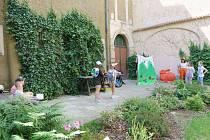 Jedno představení proběhlo i na dvoře základní školy.