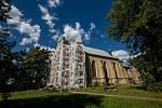Oprava zámeckého kostela v Rychnově nad Kněžnou. Čištění částí kostela i historického oplocení bude probíhat speciální technologií za použití suchého ledu.
