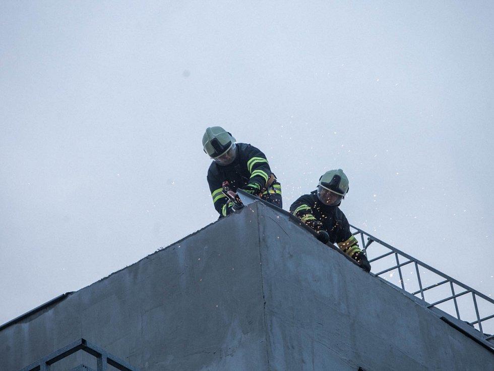 Silný vítr odtrhl kusy oplechování na střeše bytového domu v Opočně.
