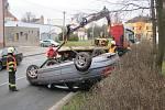 Řidič obrátil auto na střechu před školou v Častolovicích.