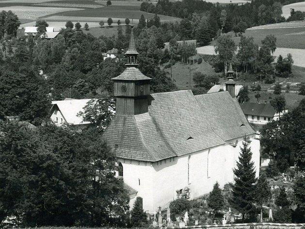 Kostel nejsvětější Trojice vKlášterci nad Orlicí byl od 13.století součástí jednopatrové budovy kláštera řádu křižovníků, který byl v15. století vypálen husity (pozůstatky byly objeveny roku 1956).