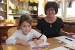 ZÁKLADNÍ ŠKOLY SE OTEVŘELY. Začala doba zápisů do prvních tříd, děti se veskrze těšily. Do školní lavice by si nejraději usedla již teď také Adélka Hejlová z Rychnova (na horním snímku).
