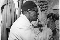 PODLE ZÁPISU v kronice se v roce 1841 nesmělo na Opočně kouřit. A jak to bylo s kouřením zhruba o sto let později? To ukazuje záběr z roku 1940, kdy reliéf Ježíše na opočenském kostele procházel rukama akademického sochaře a restaurátora Vojtěcha Suchardy