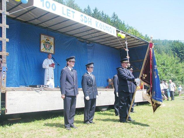 Hasiči v Kounově vzpomínali na svou stoletou historii. Při této příležitosti bylo požehnáno jejich novému praporu, který byl pořízen díky podpoře Královéhradeckého kraje.