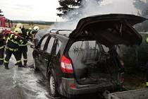 Z požáru auta u Solnice.