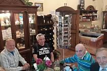 Herečtí bardi u kafíčka v doudlebském zámku.