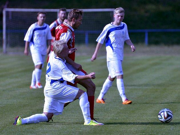 Kostelečtí fotbalisté (v bílém) se podruhé v sezoně představí v domácím prostředí. Po derby s Rychnovem dnes přivítají vedoucí tým krajského přeboru z Kratonoh.