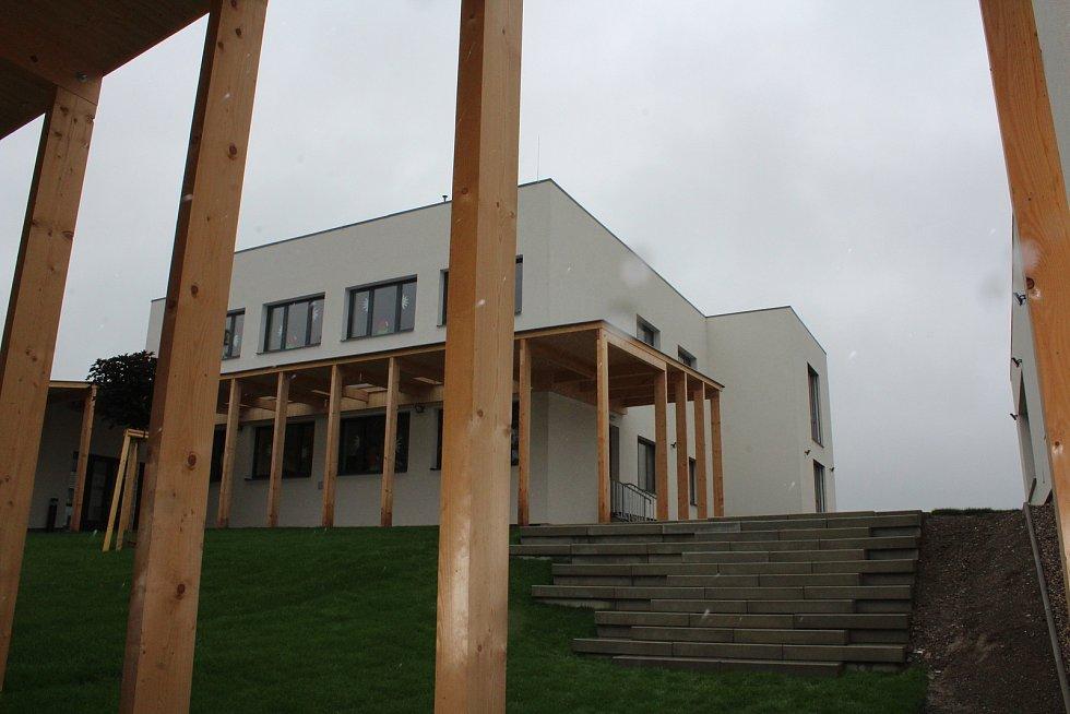 Nová část areálu Základní a mateřské školy Kvasiny.