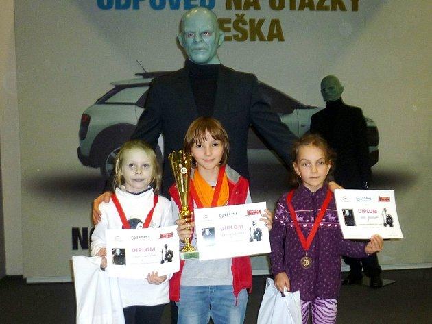 VÍTĚZNÝ TRIUMF v kategorii děvčat do 10 let slavila Elen Hetfleischové z rychnovské Pandy (uprostřed), která při slavnostním vyhodnocením zapózovala s Fantomasem.