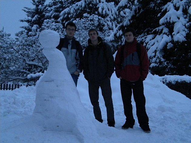 Ze studentů rychnovské  VOŠ a SPŠ, kteří jsou ubytovaní na internátu,  se stali umělci. Využili bohaté sněhové nadílky a se svým vychovatelem Liborem Benešem vytvořili dvě díla.