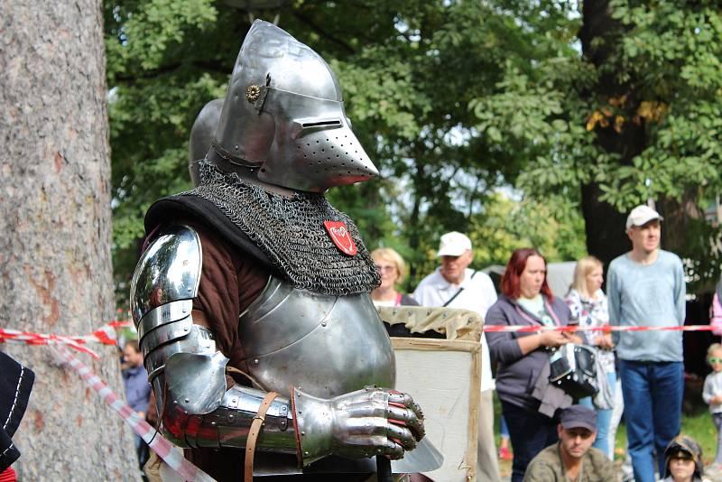 Součástí Svatováclavských slavností bylo historické ležení i turnaje a bitvy rytířů. Program připravila skupina historického šermu Foltest z Kvasin.