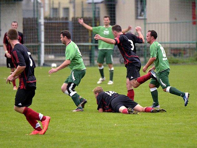 DERBY. Fotbalistům Černíkovic se povedl v Borohrádku dokonalý obrat. V prvním poločase prohrávali již dvougólovým rozdílem, ale podařilo se jim vyrovnat a v poslední minutě vstřelit vítězný gól.