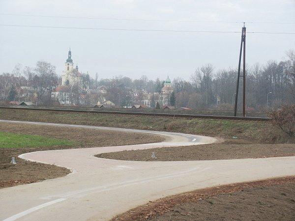Kostel svatého Václava a zámek jsou dominantami Častolovic. Tou další je továrna Isover, která je potenciálním zdrojem znečištění, ale zároveň významným zaměstnavatelem.