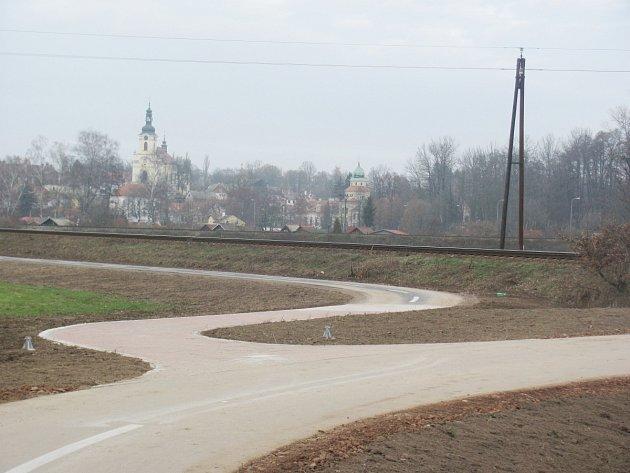 Kostel svatého Víta a zámek jsou dominantami Častolovic. Tou další je továrna Isover, která je potenciálním zdrojem znečištění, ale zároveň významným zaměstnavatelem.