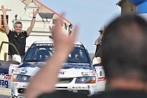 Auta svištěla obcemi, kolizi  jezdci zažili jen na trenažéru.