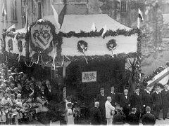 PREZIDENT MASARYK (v bílém) před dobrušskou radnicí v roce 1926. Miloš Zeman zítra zamíří do zdejšího kina.