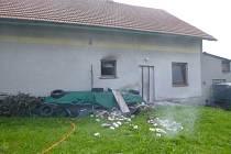 Požár rodinného domu zvládli uhasit majitelé.