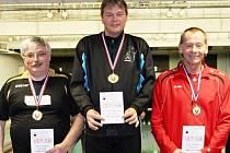 Nejlepší trio krajských přeborů jednotlivců–seniorů v kuželkách, které se uskutečnily ve Vrchlabí. Zleva druhý Milan Vošvrda, vítězný Miroslav Hanzlík a třetí Jiří Čapek.