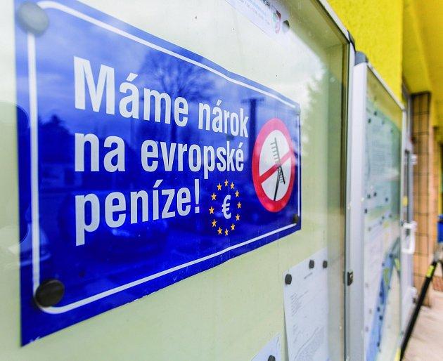 O DEN POZDĚJI vyvěsili v Pohoří protestní tabuli vyzývající ke změně podmínek čerpání evropských dotací.