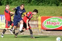 Na snímku proniká dobrušský kapitán Roman Doubek mezi dvojicí protihráčů.