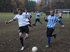 V rozhodujícím utkání Lhota cupu bojují o míč nejlepší střelec turnaje Kamil Kaplan (vpravo) z týmu Zkušenosti na odchodu a Milan Bulavcsják z Unionu Kostelec.