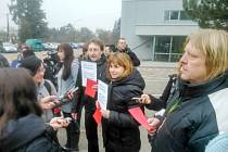 Občané s červenými kartami a transparenty na adresu Miloše Zemana.