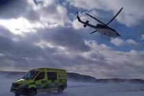 Do transportu nemocných se zapojil i policejní vrtulník.