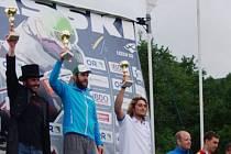 LOUČENÍ. Ve fraku a s cylindrem na hlavě vystoupil Jan Němec (zcela vlevo) naposledy na stupně vítězů.