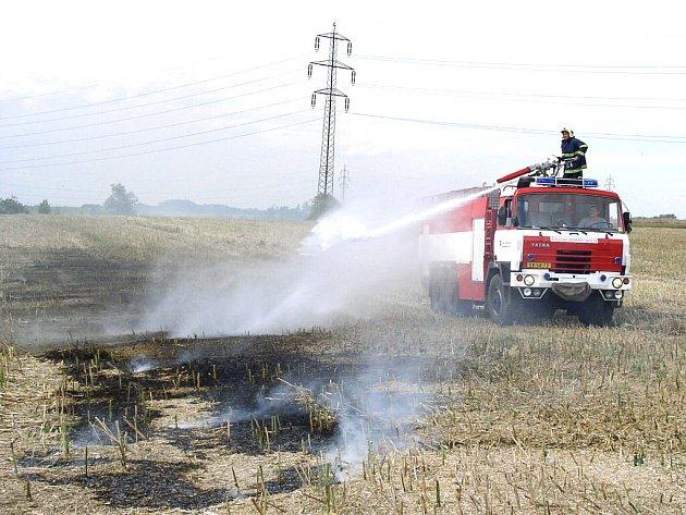 Hasiči měli s likvidací požárů plné ruce práce.