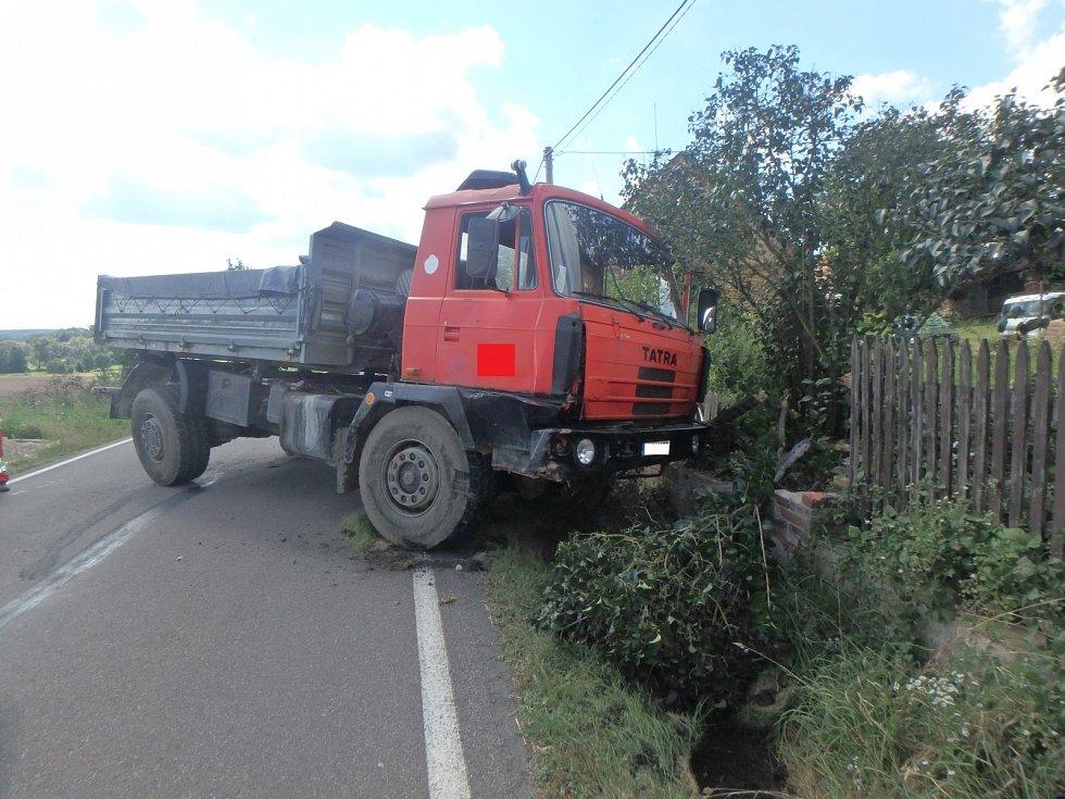 Nákladní vozidlo vyjelo mimo komunikaci a narazilo do plotu.