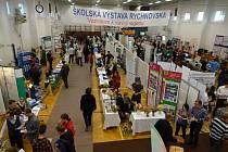 Jedenačtyřicet středních škol  a učilišť prezentovalo své studijní a učební obory na jubilejní dvacáté Školské výstavy Rychnovska. Zájem o jednotlivé stánky projevovali jak rodiče, tak i žáci. Prezentační schopnosti předvedli i samotní studenti škol.