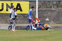 ZÁVAR. Během východočeského divizního derby v Ústí nad Orlicí se týnišťský brankář Marcel Marčišin po jednom zákroku ocitl v nefotbalové pozici, ale svou svatyni ochránil.