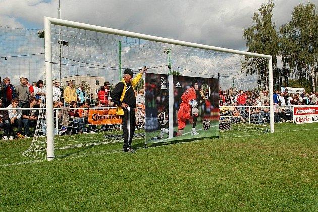Pražská Amfora si zahrála fotbal a bavila diváky na doudlebském hřišti.