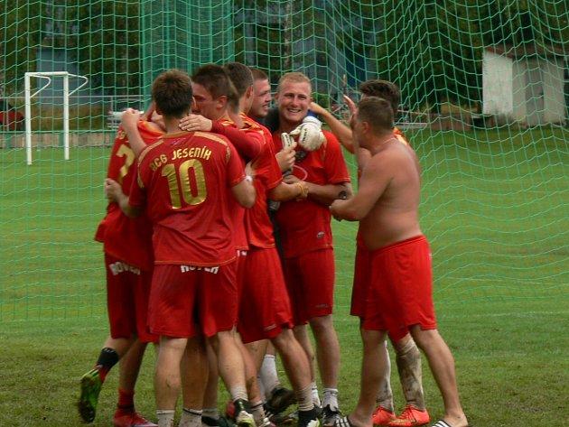 Celkem jedenáct zápasů museli absolvovat za prvenstvím hráči AC Gamaspol Jeseník. Ve finálovém duelu porazili houževnatý tým Polib hrocha Choceň rozdílem jediné branky.