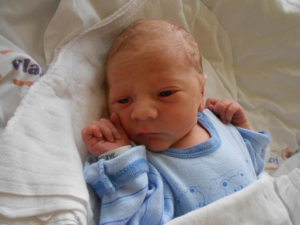 Šimon Přibyl se narodil 8. října 2019 ve13.37 hodin. Měřil 50 cm a vážil 3 200 g. Maminka Zlata a tatínek Lukáš zRokytnice vOrlických horách zněj mají obrovskou radost, stejně jako bratříček Štěpán. Tatínek byl u porodu velkou oporou.